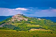 Stadt von Motovun auf malerischem Hügel lizenzfreies stockbild