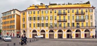 Stadt von Nizza - Architektur des Platzes Garibaldi in Vieille Ville lizenzfreie stockbilder