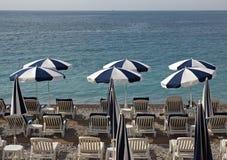 Stadt von Nizza - Strand mit Regenschirmen Lizenzfreie Stockfotos