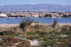 Stadt von Novalja, Kroatien Stockbild
