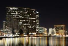 Stadt von Oakland auf einer Winter-Nacht Lizenzfreie Stockbilder