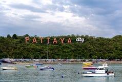 Stadt von Pattaya-Zeichen mit sich hin- und herbewegendem Boot Lizenzfreie Stockfotos