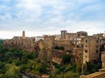 Stadt von Pitigliano in Toskana, Italien nach Sonnenuntergang Lizenzfreies Stockbild