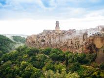 Stadt von Pitigliano in Toskana, Italien nach Sonnenuntergang Lizenzfreies Stockfoto