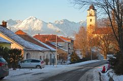 Stadt von Poprad unter hohen Tatras-Bergen im Winter, Slowakei lizenzfreies stockfoto