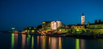 Stadt von Rab während der blauen Stunde stockbilder