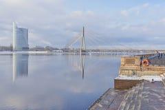 Stadt von Riga in dem Daugavafluß im Winter Lizenzfreies Stockfoto