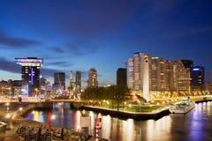 Stadt von Rotterdam nachts Lizenzfreie Stockbilder
