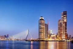 Stadt von Rotterdam-Skylinen am Abend Stockbilder