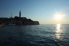 Stadt von Rovinj auf adriatischer Küste bei Sonnenuntergang Lizenzfreies Stockbild