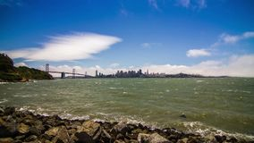 Stadt von San Francisco Downtown und von Bucht-Brücke stock footage