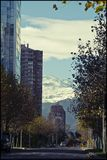 Stadt von Santiago mit Blick auf die Schnee-mit einer Kappe bedeckten Berge stockfotografie