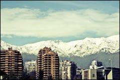 Stadt von Santiago mit Blick auf die Schnee-mit einer Kappe bedeckten Berge stockfotos