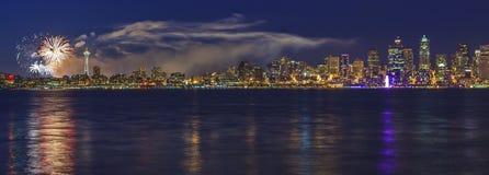 Stadt von Seattle mit Feuerwerken Lizenzfreie Stockfotos