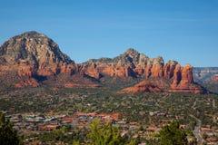Stadt von Sedona Arizona bei Sonnenaufgang lizenzfreie stockbilder
