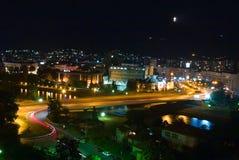 Stadt von Skopje nachts lizenzfreies stockbild
