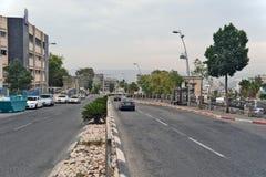 Stadt von Tiberias-Leben auf den Straßen: Leute, Autos auf der Straße Lizenzfreies Stockfoto