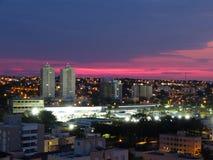 Stadt von Uberlandia während des herrlichen rosa Sonnenuntergangs Stadtlandschaft von Uberlândia, Minas Gerais, Brasilien stockbild