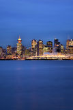 Stadt von Vancouver während der blauen Stunde Stockfotografie