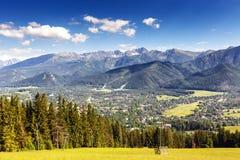 Stadt von Zakopane und von Tatras gesehen vom Abstand Lizenzfreie Stockfotos