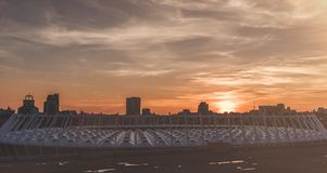 Stadt während des Sonnenuntergangs Stockbilder