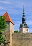 Stadt-Wände und Sankt- Nikolauskirche, Tallinn Stockbilder