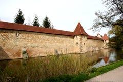 Stadt-Wand mit Burggraben Stockbild