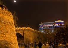 Stadt-Wand-Park-Nachtmond-Uhr-Kontrollturm Peking stockfotos