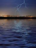 Stadt, Wasser und Blitz Lizenzfreie Stockfotografie