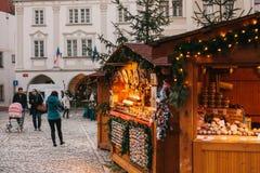 Stadt-Weihnachtsmarkt Stall verziert in der Weihnachtsart lizenzfreies stockbild