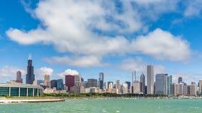 Stadt-Zeitspanne Chicagos im Stadtzentrum gelegene mit Wellen auf dem See stock video