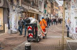 Stadtangestellter klärt Straßen mit industriellem Vakuum lizenzfreie stockbilder