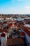 Stadtansicht über die Bucht in Trogir, Kroatien am Sommertag Lizenzfreies Stockfoto
