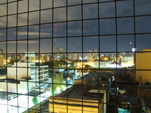 Stadtansicht hinter Stäbe Stockbild