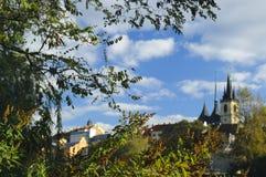 Stadtansicht mit Dächern und Kirche Stockfoto