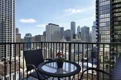 Stadtansicht vom Eigentumswohnungbalkon Stockfoto