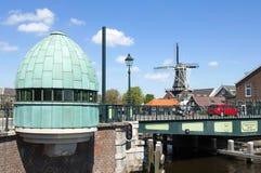 Stadtansicht von Haarlem mit Brücke und alter Mühle Stockfotos