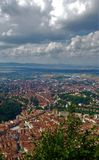 Stadtansicht von oben genanntem und von den Wolken, Brasov, Rumänien lizenzfreies stockbild