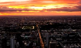 Stadtbild am Abend und Sonnenuntergang lizenzfreies stockfoto