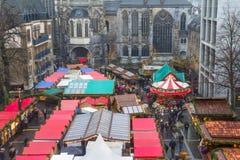 Stadtbild - Ansicht des Weihnachtsmarktes auf Hintergrund die Aachen-Kathedrale Stockfotos