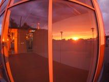 Stadtbild bei Sonnenuntergang, der im Fenster reflektiert wird Lizenzfreie Stockfotos