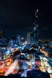 Stadtbild berühmten Maha Nakhon Towers in Bangkok, Thailand Helle Spuren in den Straßen von den Autos Bewölkter Himmel hinter lizenzfreies stockfoto