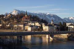 Stadtbild in dem Fluss Salzach in Salzburg, Österreich, 2015 Stockbilder