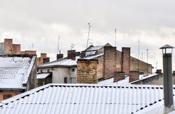 Stadtbild der alten Stadt, der alten Architektur, der Dächer mit Antennen und der Kamine, Backsteinmauern, Drohobych, Ukraine Stockbild