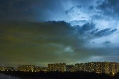 Stadtbild an der Dämmerung mit Gewitter über Wohnanlagen Lizenzfreie Stockfotos