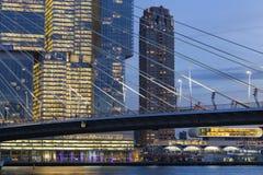 Stadtbild in der Dämmerung nahe der ERASMUS-Brücke in Rotterdam stockfotografie