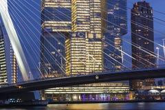 Stadtbild in der Dämmerung nahe der ERASMUS-Brücke in Rotterdam lizenzfreie stockbilder