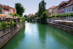 Stadtbild der slowenisch Hauptstadt Ljubljana von der Brücke über Lj Lizenzfreie Stockfotos
