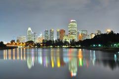 Stadtbild durch den Fluss nachts Lizenzfreie Stockbilder