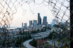 Stadtbild durch die Zaungestaltung lizenzfreies stockbild